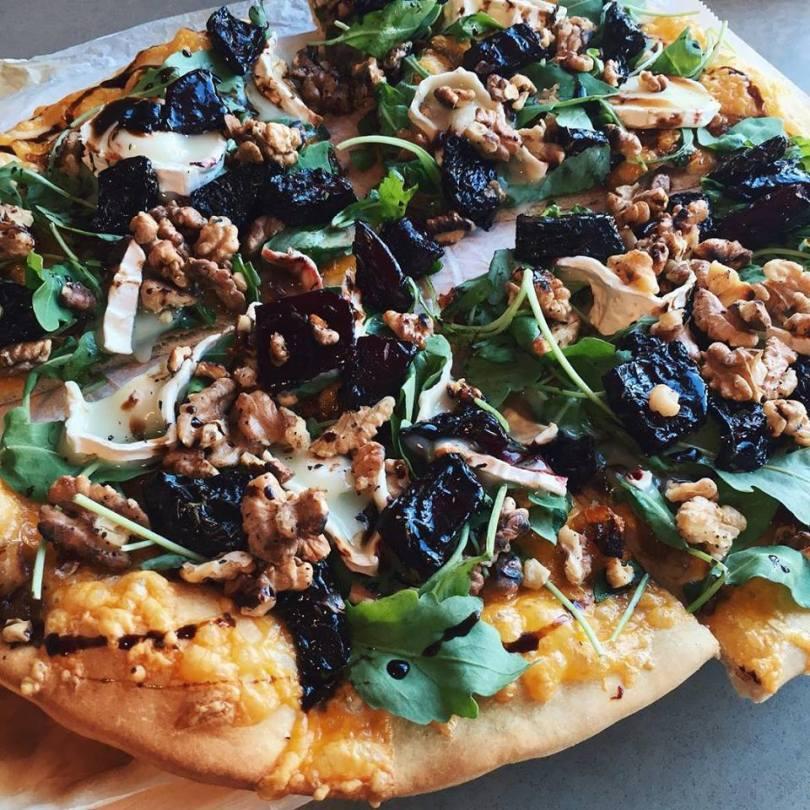 Gestabloggarinn Helga Garbíela – Pizza með ofnbökuðum rauðrófum,  mýktum lauk, valhnetum og geitaosti.