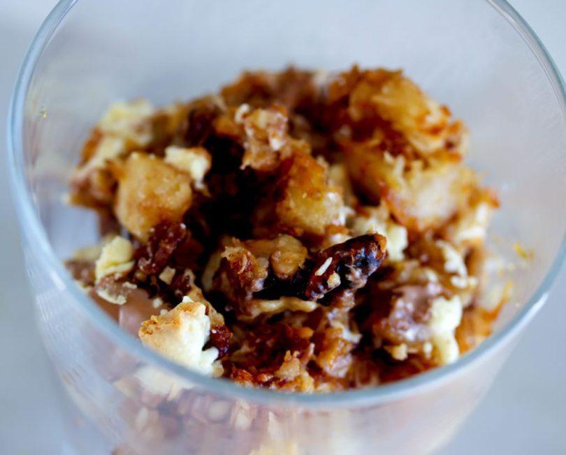 Ofureinfaldur eftirréttur með eplum, kókos, hvítu Toblerone súkkulaði og hnetumulningi