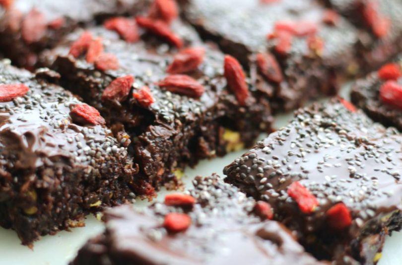 Vegan brownie með kókos, döðlum, chia og gojiberjum