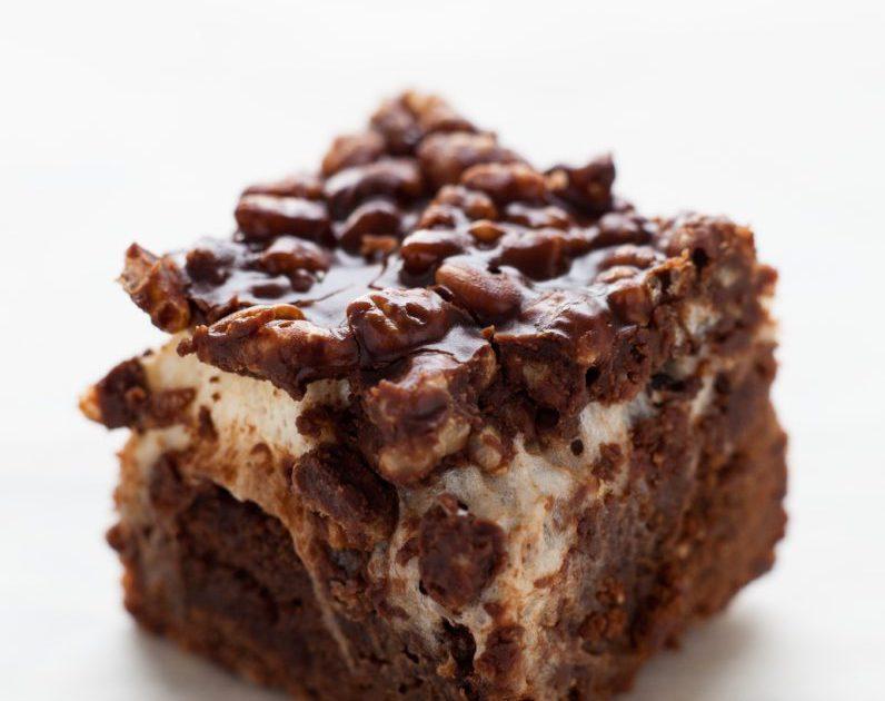 Geggjuð brownie með sykurpúðakremi og Rice krispies toppi