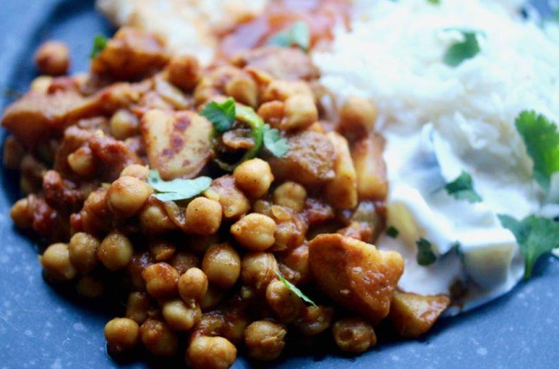 Indverskur karrý kjúklingabaunaréttur (Chana alo curry)