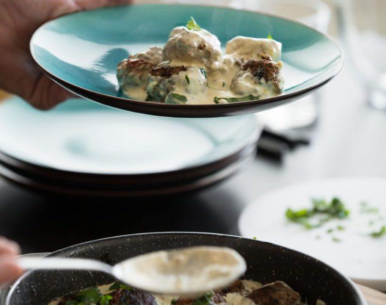 Mozzarella og basilíkufylltar kjötbollur í rjómaostasósu