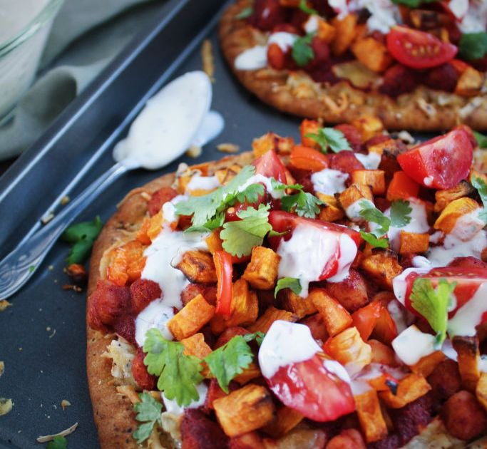 Naan pizza með tandoori kjúklingabaunum og grænmeti