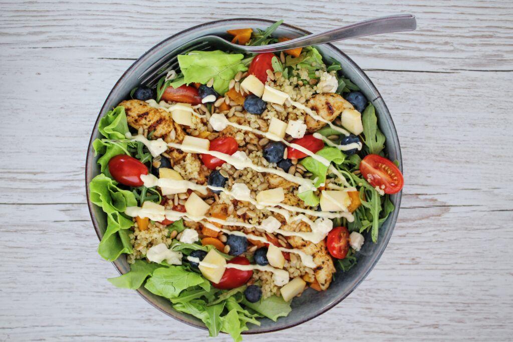Kínóa salat með grilluðum kjúkling og kaldri hunangs – sinnepssósu