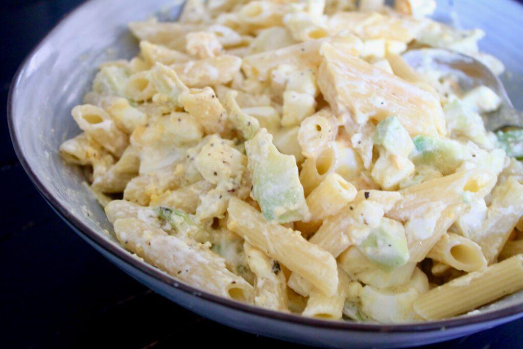Vinsæla pastasalatið með eggjum, avacado og fetaosti