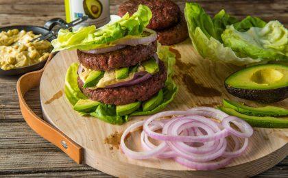 """Der gegrillte Proteinburger kommt ganz ohne Brötchen aus, die oftmals sehr schnell """"pappig"""" werden."""