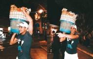 Rommel Pacheco vende chicharrones y palomitas en la Plaza Grande