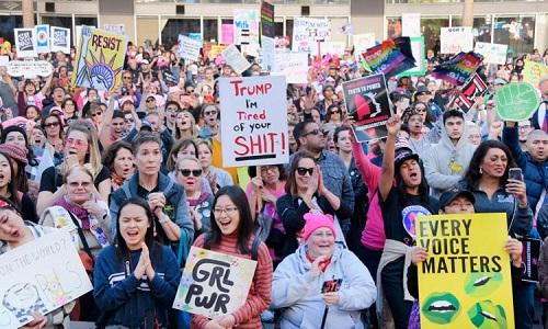 Decenas de mujeres marchan contra Donald Trump, en EEUU
