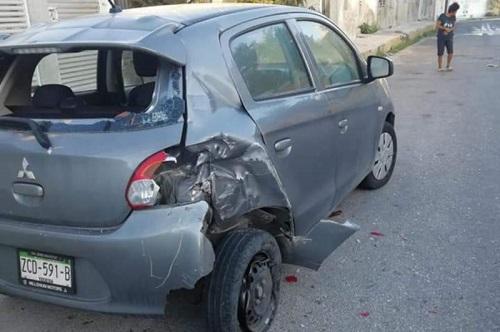 Un trailero huye con todo y su vehículo tras destrozar dos autos estacionados, en Progreso