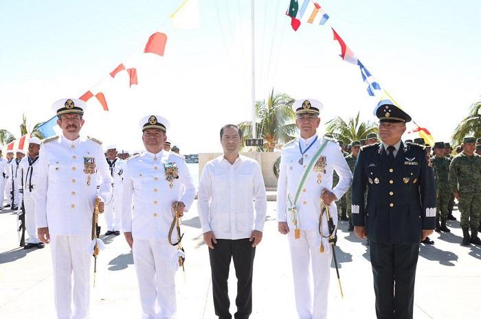 Mauricio Vila asiste a la ceremonia de cambio de mando de la IX Zona Naval