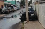 Pierde el control de su camioneta, choca con un poste de luz y destroza una toma de agua, en el Centro