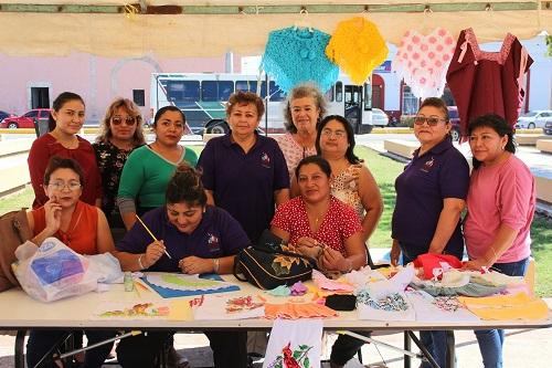 Alumnas de los talleres del DIF de Motul venden su trabajo a un bajo costo en la plaza cívica
