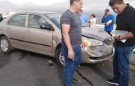 Frena de golpe en un puente y ocasiona una carambola: deja 10 autos con fuertes daños