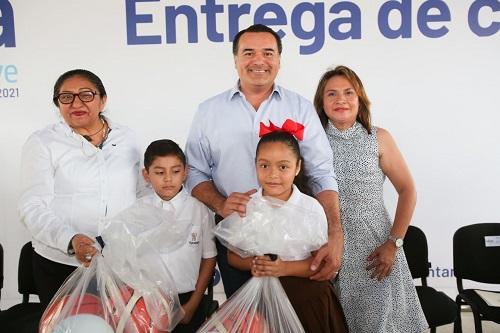 Renán Barrera entregó un nuevo comedor escolar en la colonia San José Tecoh