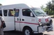 Tres heridos fue el saldo de un choque entre una camioneta y una combi, en Ciudad Caucel