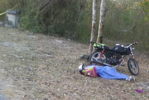 Hallan muerto a un motociclista que derrapó, en la carretera Hubilá-Ekmul