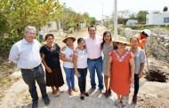Renán Barrera supervisó la ampliación de la red de energía eléctrica, en Tixcacal