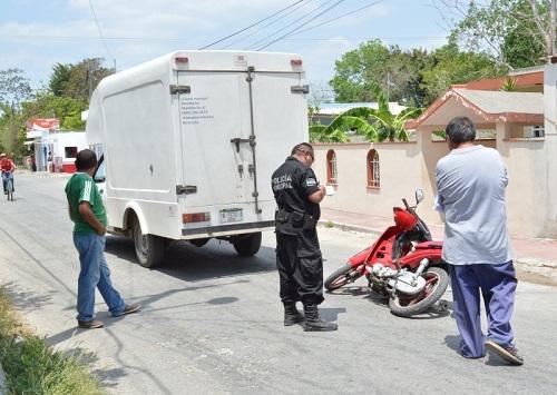 De reversa choca a una motociclista de Tizimín: sale ilesa