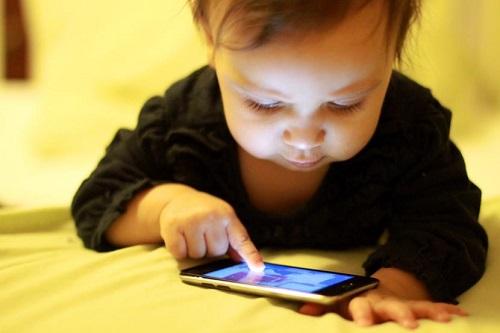 Una bebé, de dos años, quedó ciega por jugar de día y noche con un celular