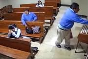 No tiene vergüenza: Roba un celular y se persigna al salir de la iglesia (VÍDEO)