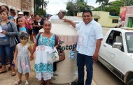 La Comuna de Oxkutzcab entrega 139 tinacos, a familias pobres