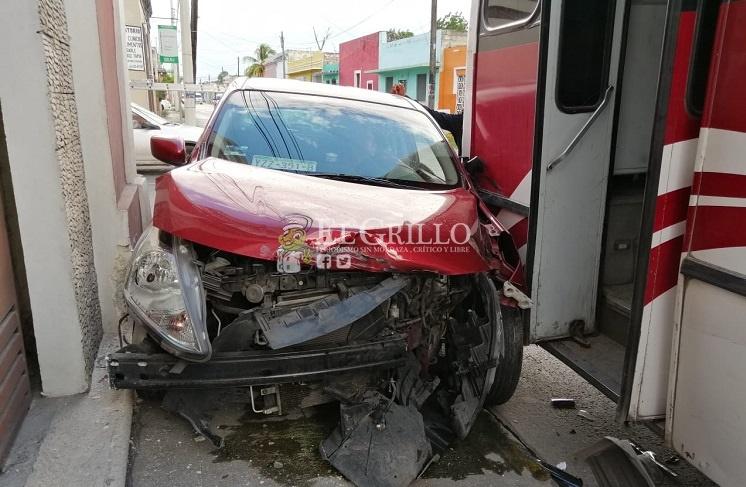 Autobús de la Alianza aplasta el auto de un despistado chófer de UBER