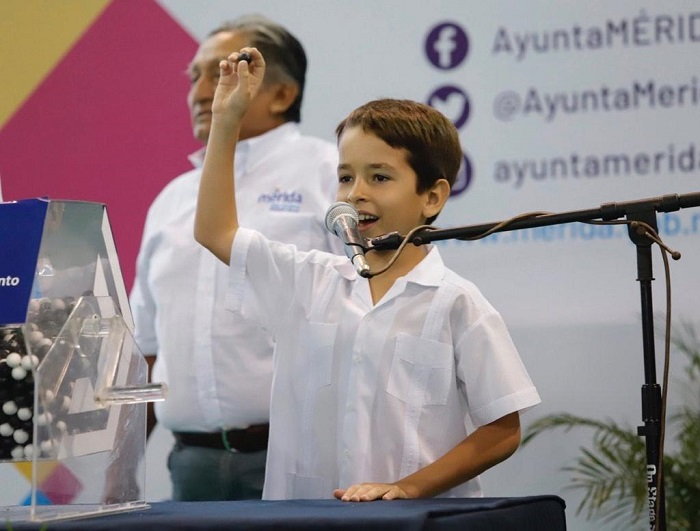 Renán Barrera pide a los jóvenes meridanos a asumir su compromiso con la patria
