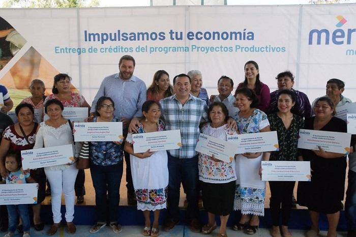 Renán Barrera entregó créditos de hasta 50 mil pesos para proyectos agrícolas y artesanales