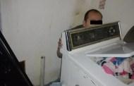 Ocasionó un accidente y se escondió detrás de su lavadora por días