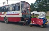 Mototaxista se estampa detrás de un autobús de la Alianza de camioneros