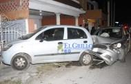 Un taxista destroza su auto, al chocar contra otro estacionado