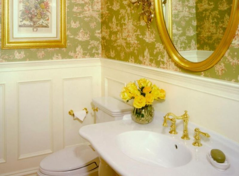 bathroom with accent