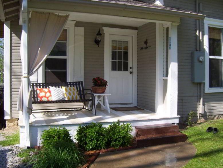 Cozy front deck design