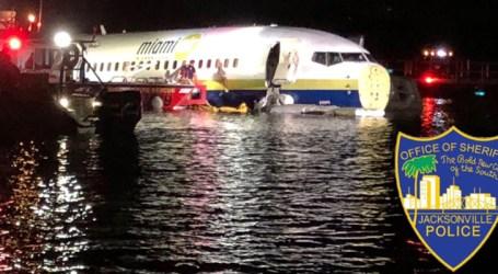 Boeing 737 com 143 pessoas sai da pista e cai em rio na Flórida