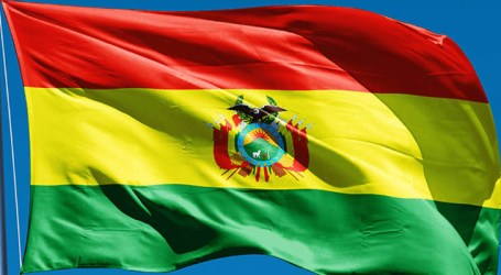 Bolivianos transportam alimentos por avião para evitar desabastecimento