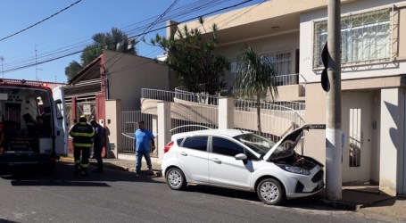 Gestante perde os sentidos e bate carro contra poste no Centro de Pará de Minas