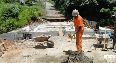 Tempo chuvoso não atrapalha e construção de ponte na Cardeal Hugolino segue em ritmo acelerado