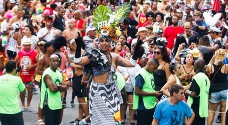 Fantasias criativas se destacam no desfile do Cordão da Bola Preta no Rio