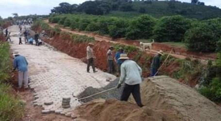 Conservação de estradas rurais em município mineiro melhora escoamento da produção agropecuária