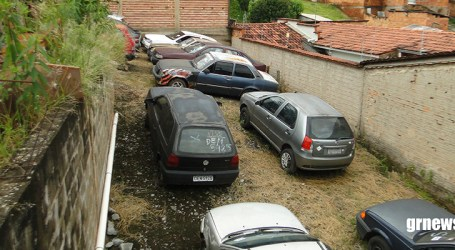 Leilão movimenta pátio de veículos apreendidos; compradores querem pagar pouco por carros e motos