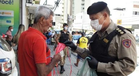 PM distribui máscaras de proteção a moradores de Divinópolis; ação foi conjunta com Secretaria Municipal de Saúde e Sinvesd