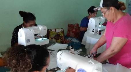 Mulheres de comunidades rurais de município mineiro fabricam máscaras de proteção respiratória