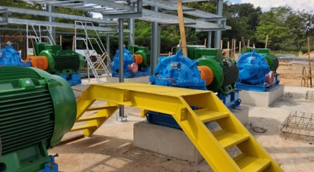 Equipe trabalha na construção de adutora no Rio Pará e Vale garante entrega da obra em julho deste ano
