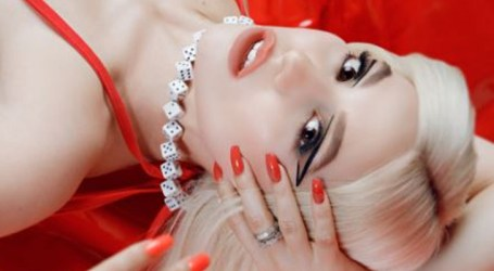 "Ava Max surpreende fãs com single natalino ""Christmas Without You"""