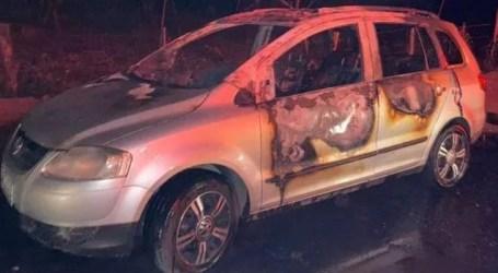 Bandidos jogam gasolina dentro de veículo após assalto e ateiam fogo em Itaúna; motorista ficou ferido