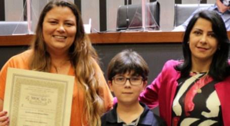Vereadores paraminenses homenageiam pessoas e empresas; repórter Ramona Ribeiro foi agraciada