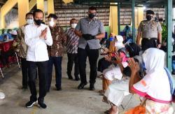 Tinjau Lokasi Vaksinasi Pedagang Malioboro di Yogyakarta, Presiden Jokowi Tanya Tukang Becak Pengalaman Usai Disuntik Vaksin Covid-19
