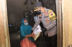 Polres Sukoharjo Beri Bantuan Paket Sembako Kepada Warga Selama PPKM Darurat