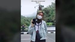 Jadi Fotografer Keliling di Tawangmangu, Kisah Gadis Cantik Asal Boyolali Ini Mendadak Viral