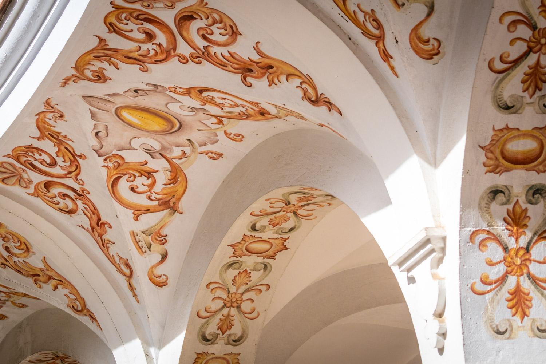 Oranje details op de bogen van Plaza del Cabildo in Sevilla